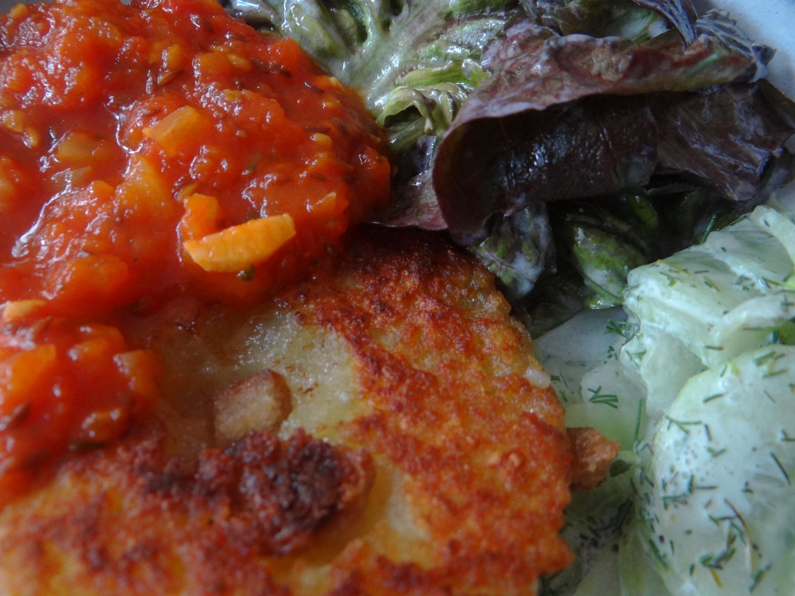 Gebratene Kloßscheiben mit Tomatensauce,Salate (3)