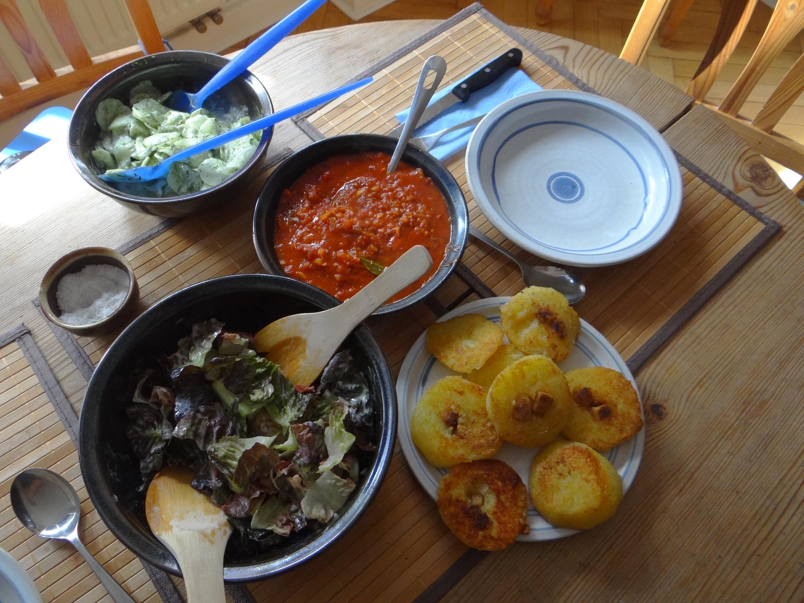 Gebratene Kloßscheiben mit Tomatensauce,Salate (4)