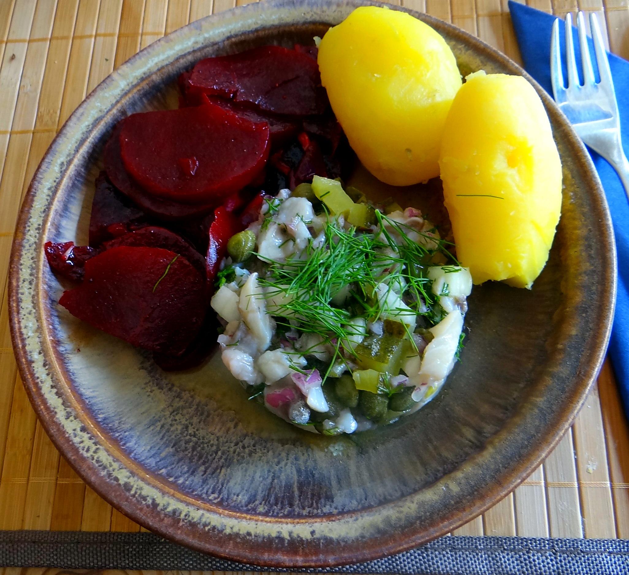 Matjes Tatar,Rote Beete Salat,Pellkartoffeln,Apfelkompott (1)