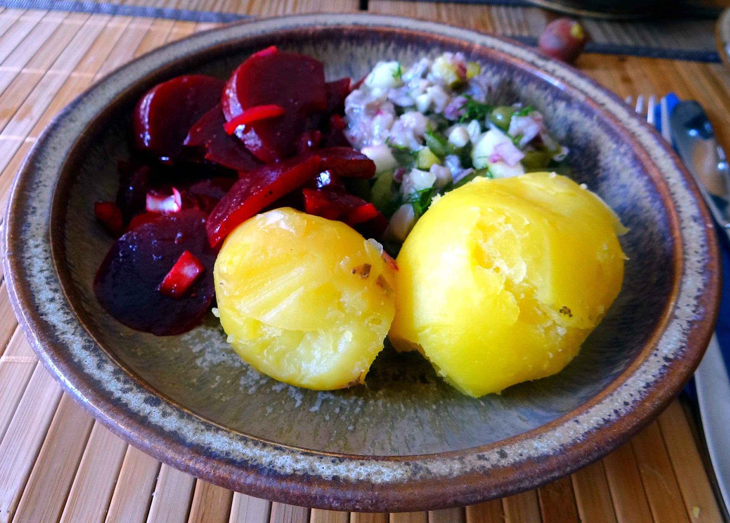 Matjes Tatar,Rote Beete Salat,Pellkartoffeln,Apfelkompott (14)