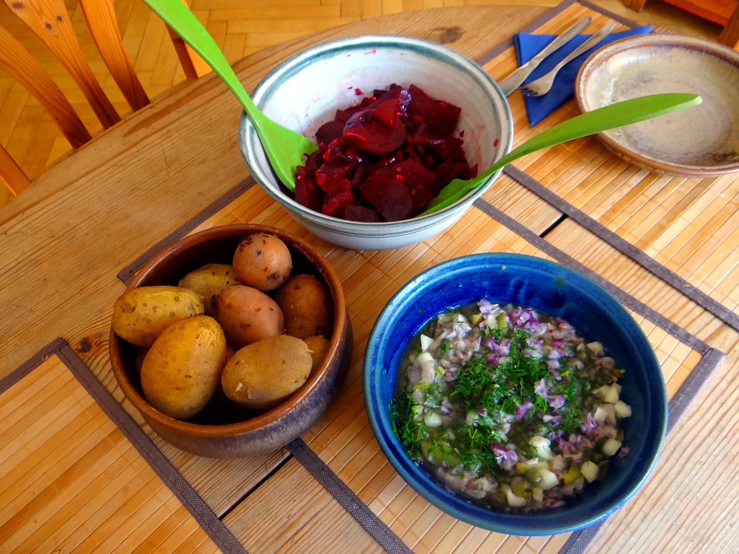 Matjes Tatar,Rote Beete Salat,Pellkartoffeln,Apfelkompott (5)