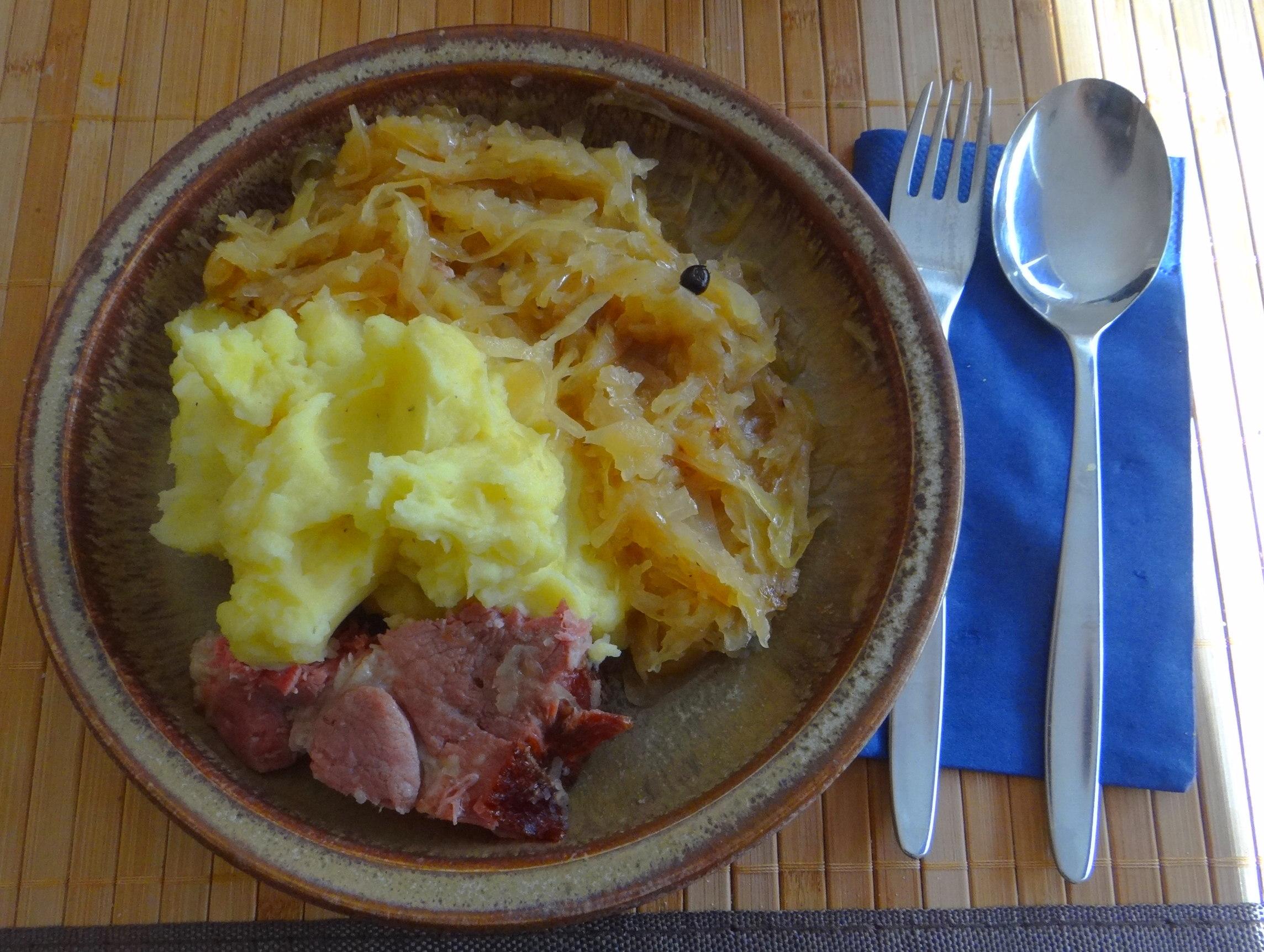 Sauerkraut,Kartoffelpü,Kassler,Dessert (1)