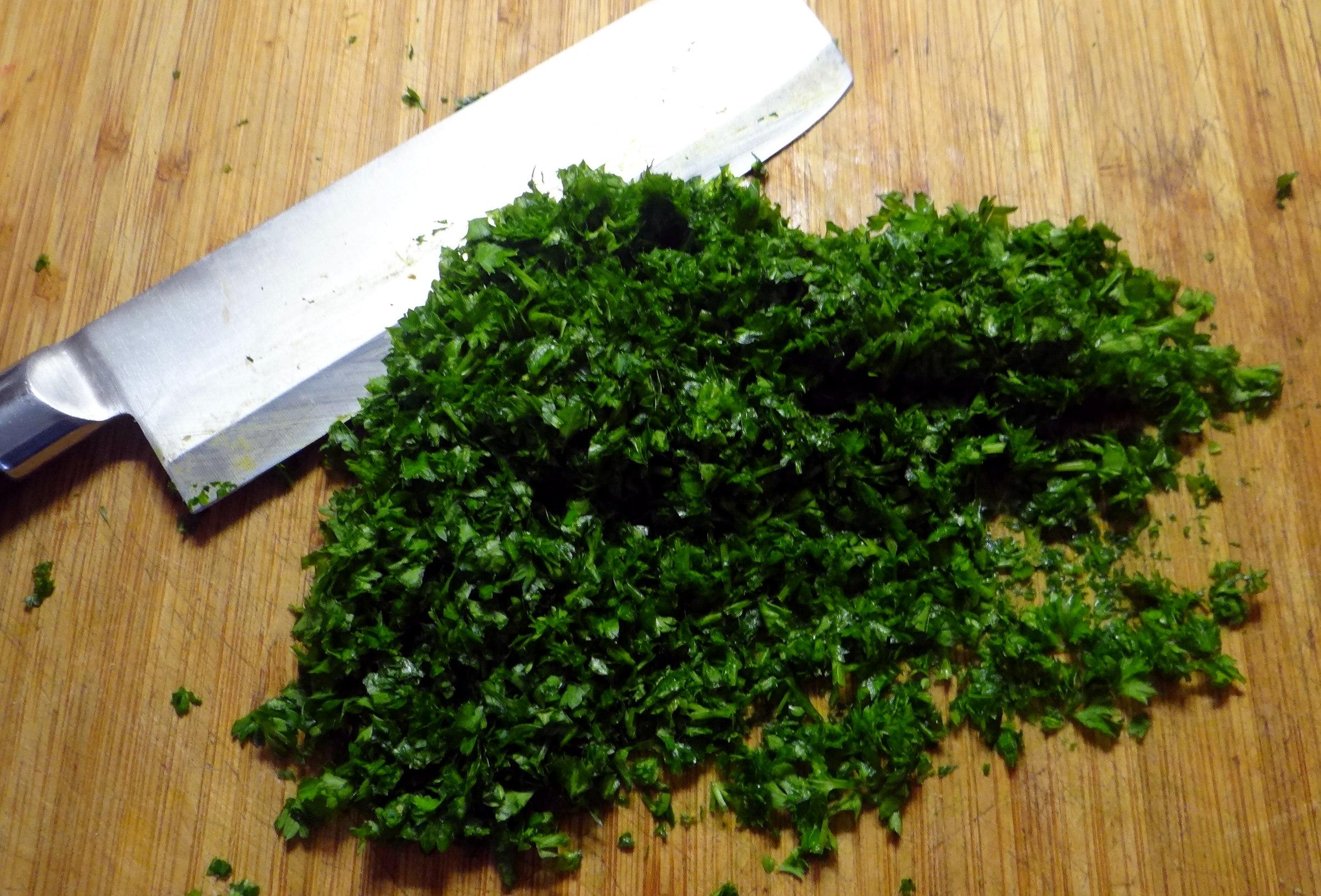 Wickelklöße,Petersiliensoße,Gurkensalat,Joghurtspeise (20)