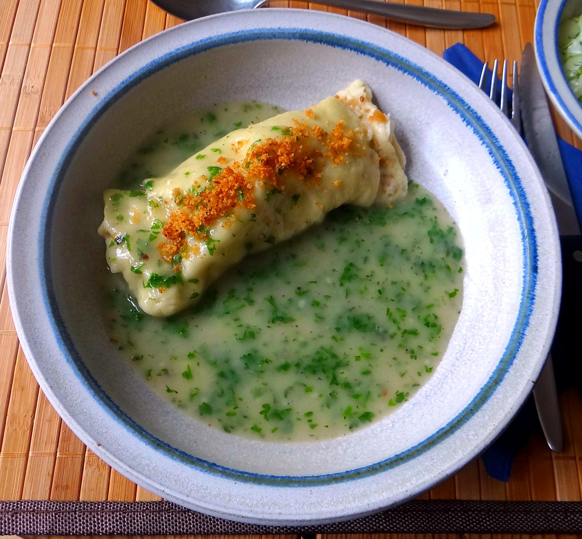 Wickelklöße,Petersiliensoße,Gurkensalat,Joghurtspeise (30)
