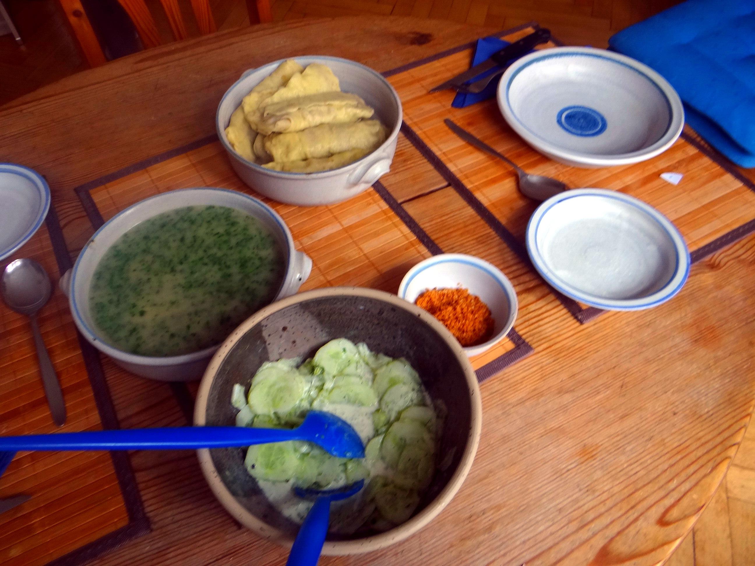 Wickelklöße,Petersiliensoße,Gurkensalat,Joghurtspeise (5)