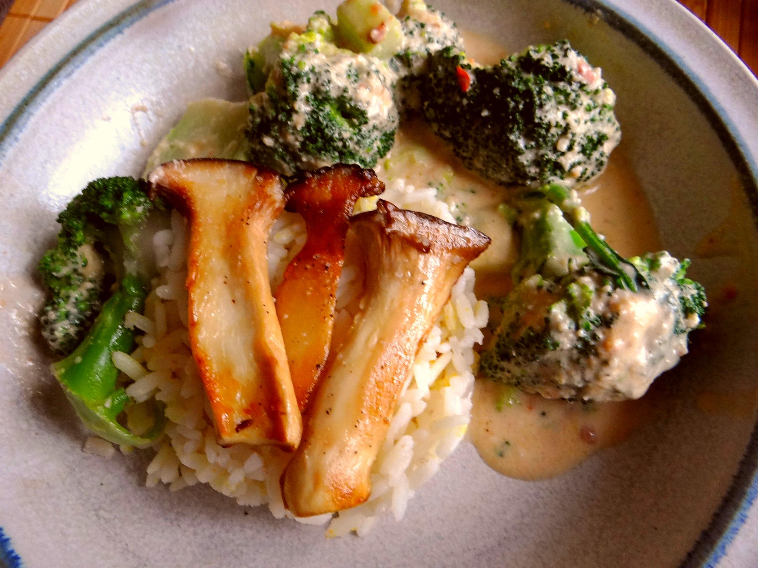 Brokkoli,Erdnußsauce,Kräutersaitlinge (3)
