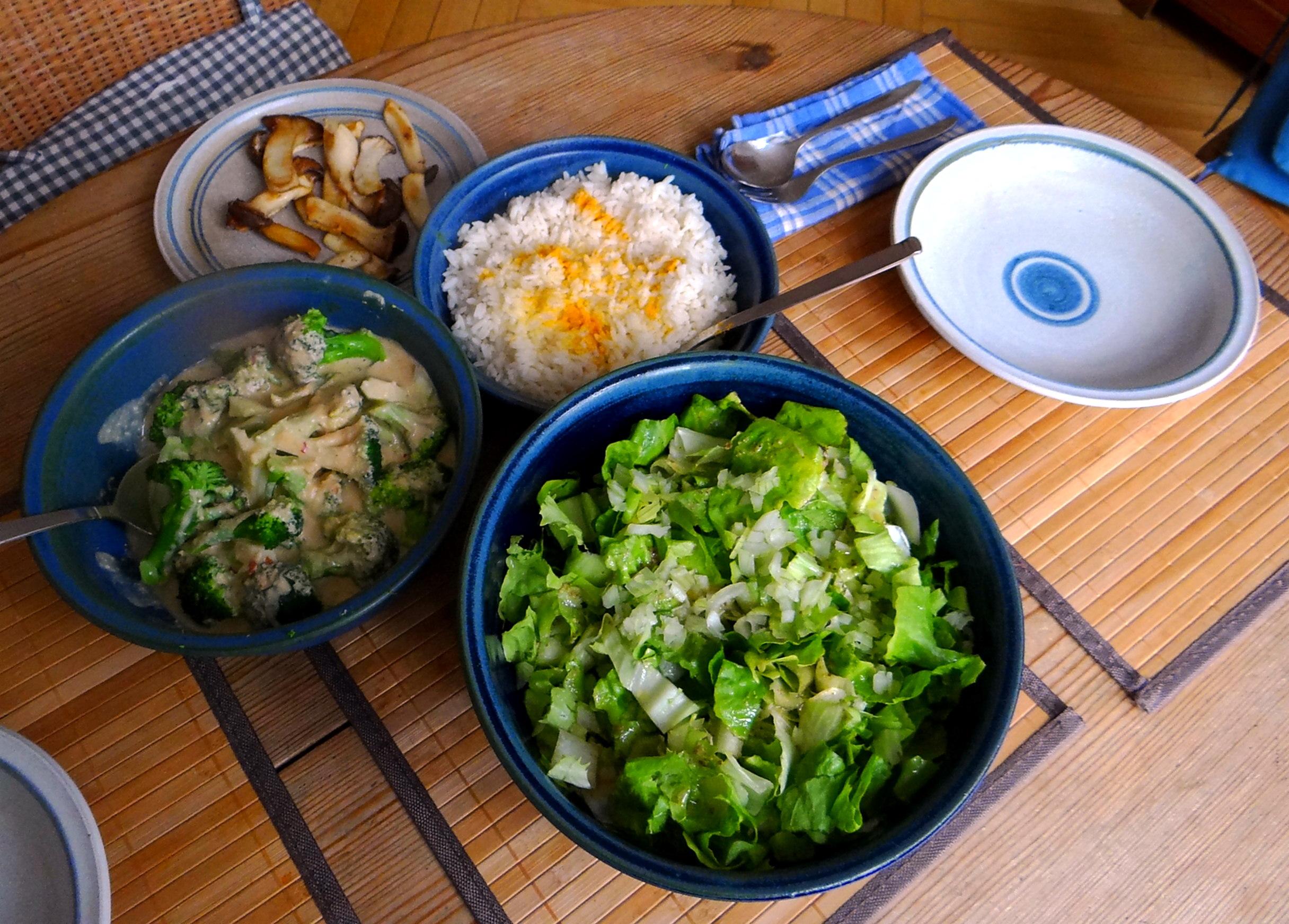 Brokkoli,Erdnußsauce,Kräutersaitlinge (4)