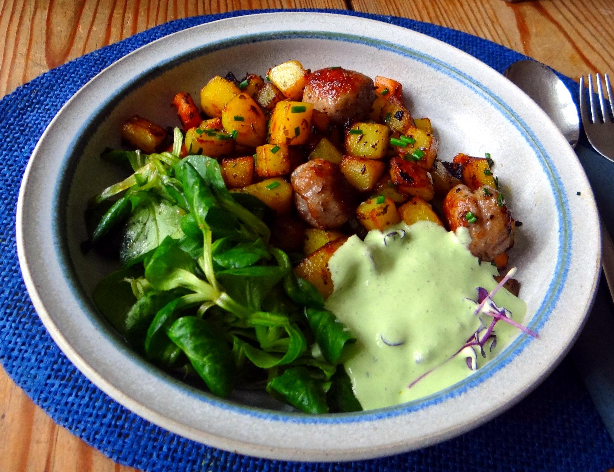 Rohgebratene Kartoffeln,Hackbällchen,Dip,Feldsalat (14)