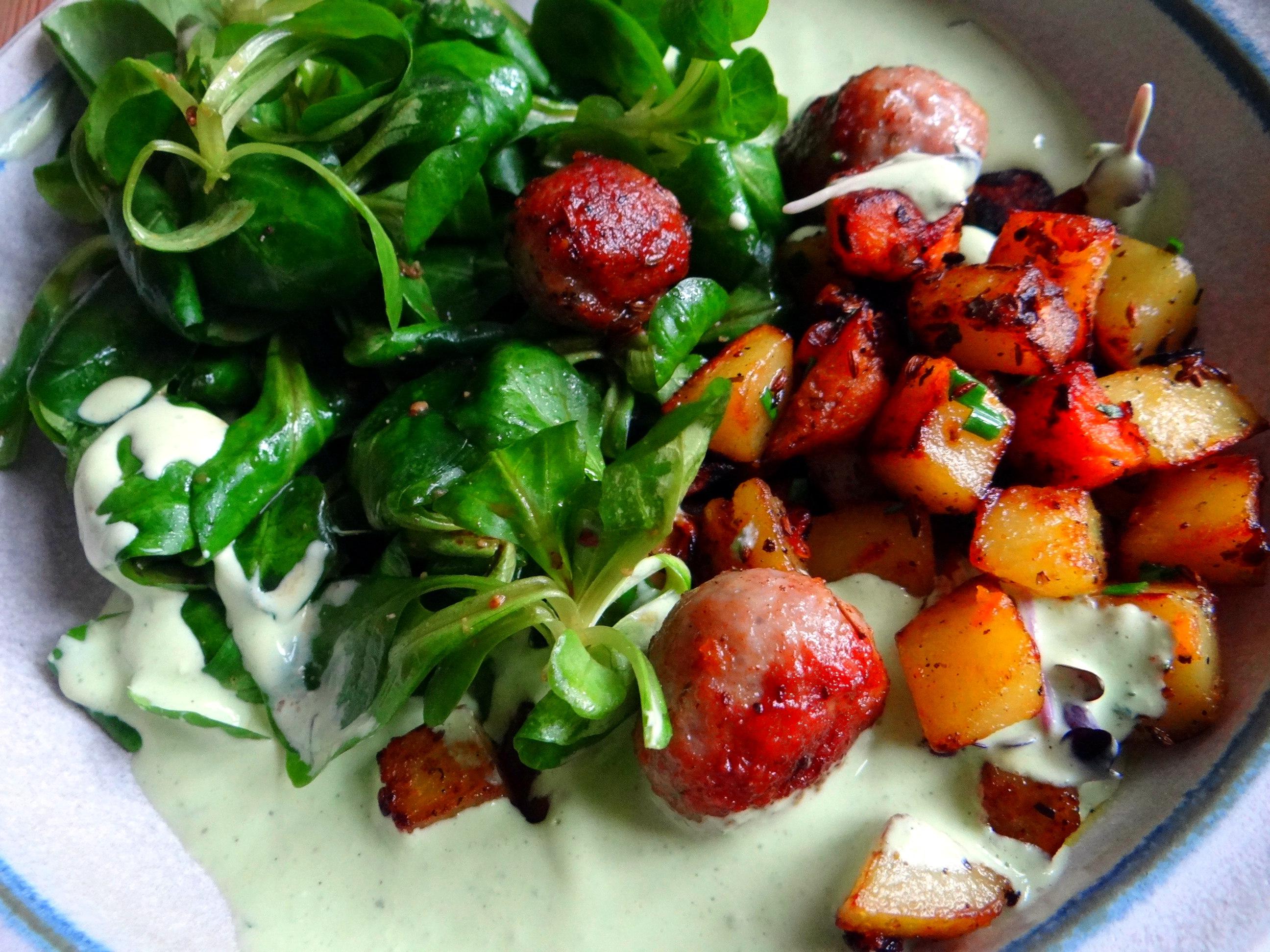 Rohgebratene Kartoffeln,Hackbällchen,Dip,Feldsalat (3)