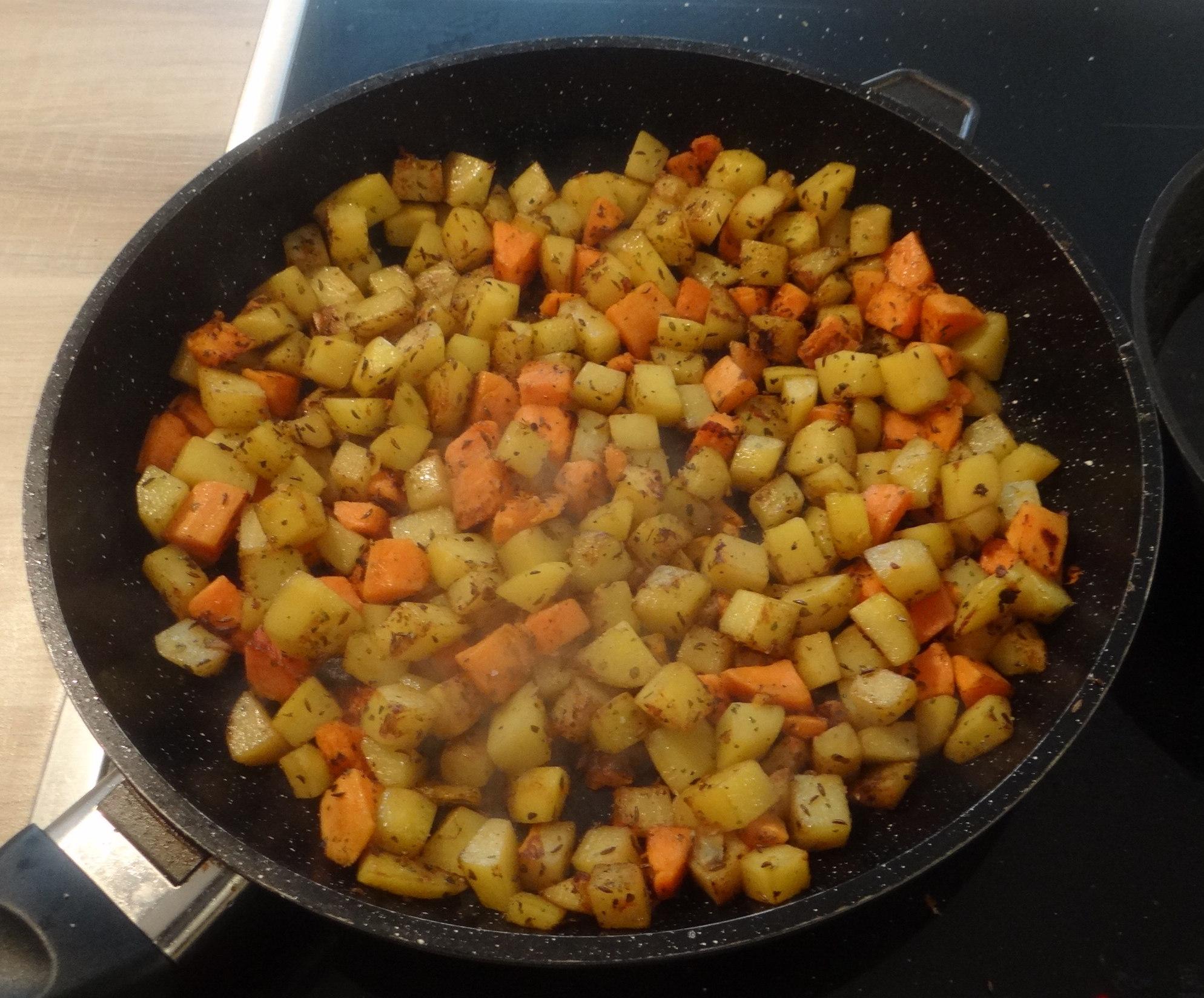 Rohgebratene Kartoffeln,Hackbällchen,Dip,Feldsalat (7)