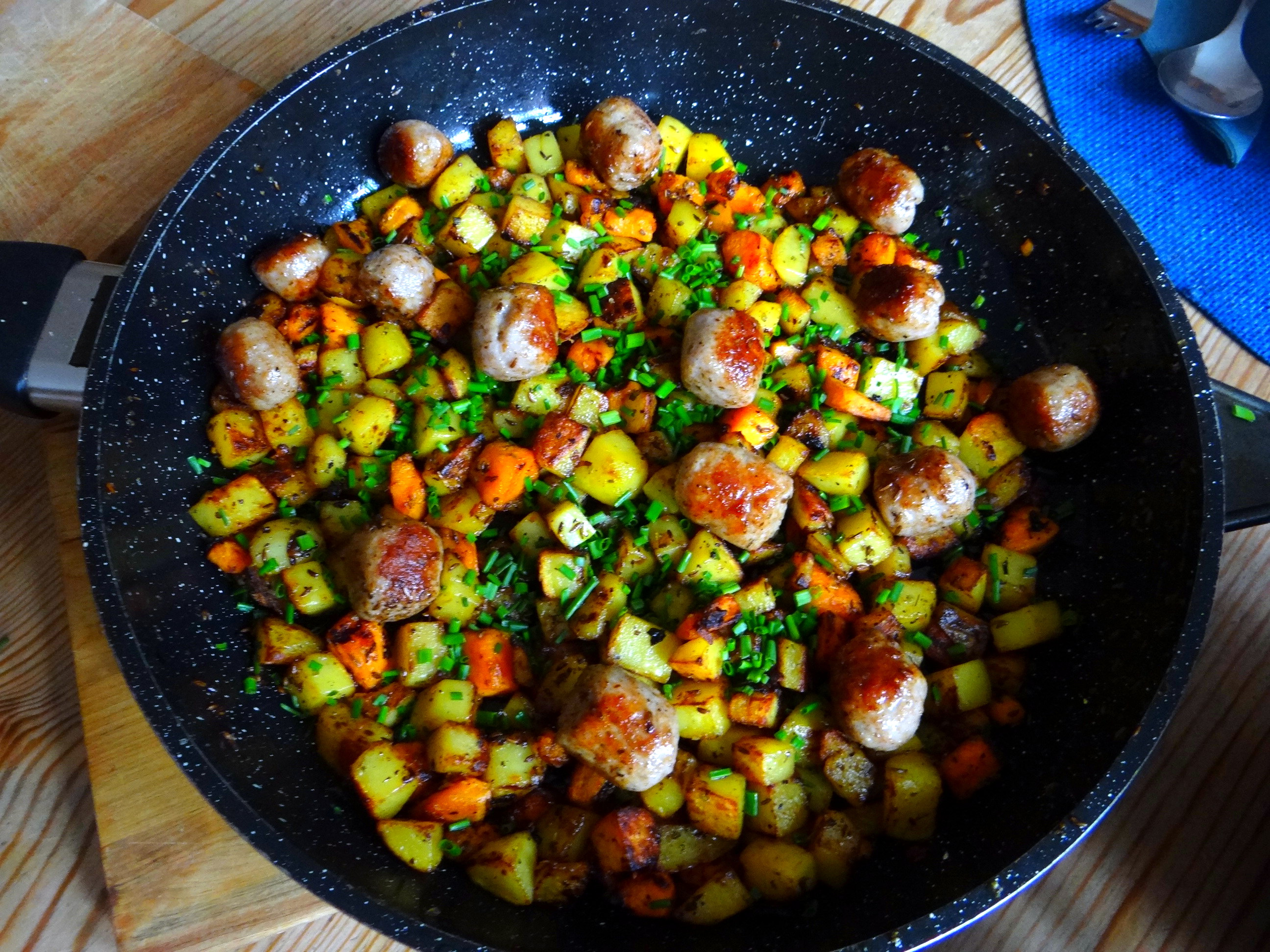 Rohgebratene Kartoffeln,Hackbällchen,Dip,Feldsalat (9)