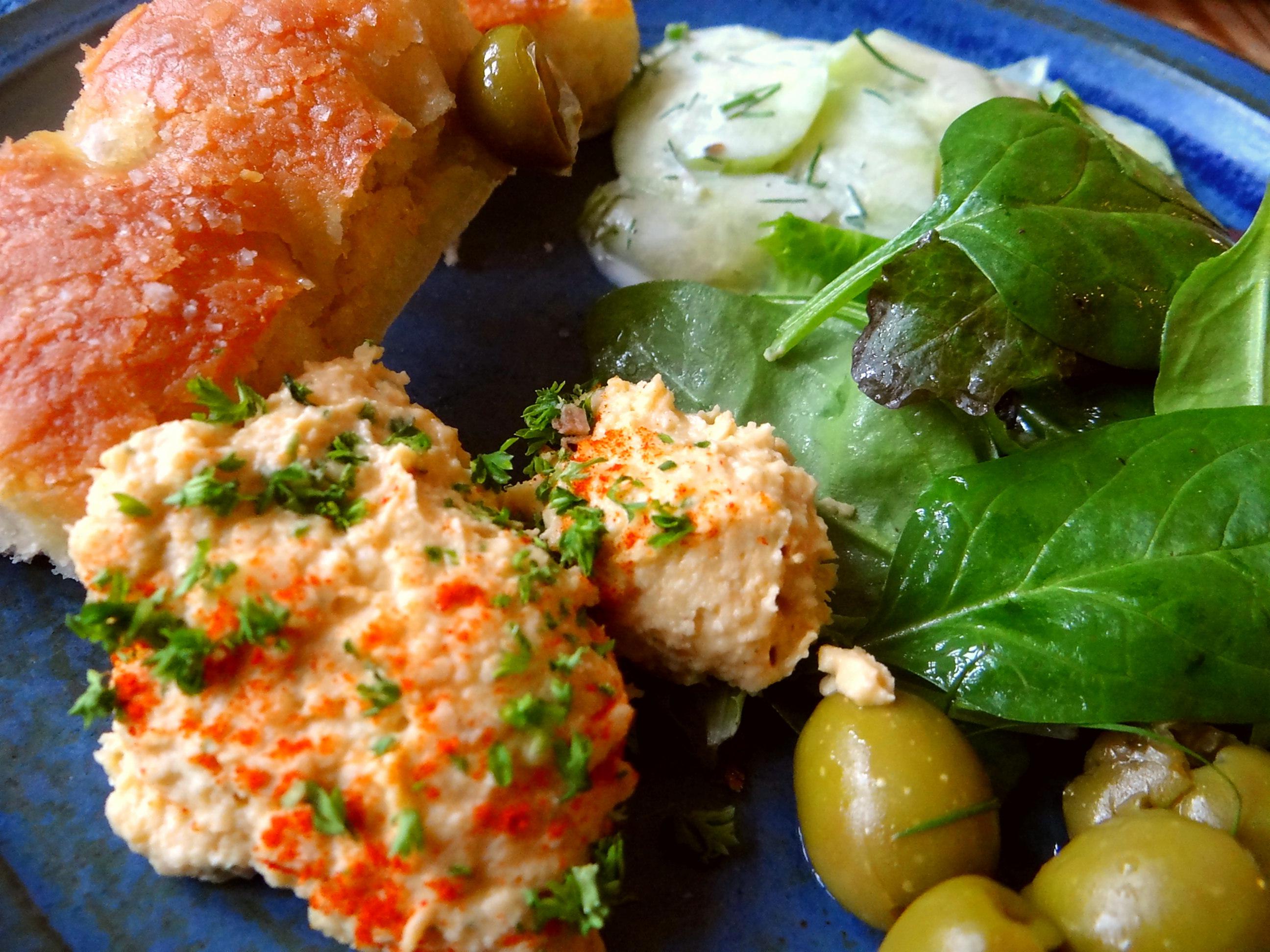Hummus,Salate und Foccacia (3)