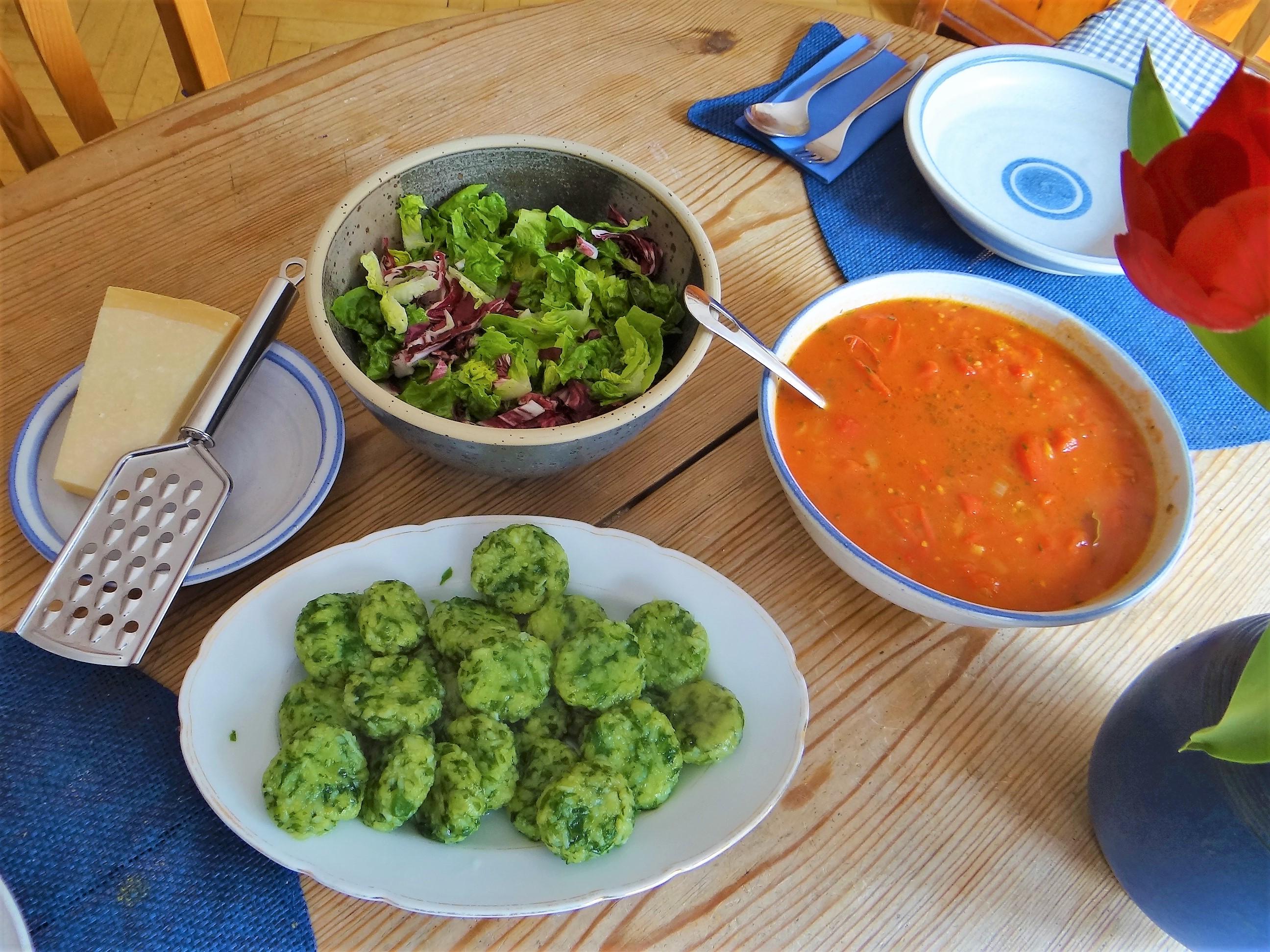 Bärlauch Gnocchis,Tomatensauce,Salat (3)