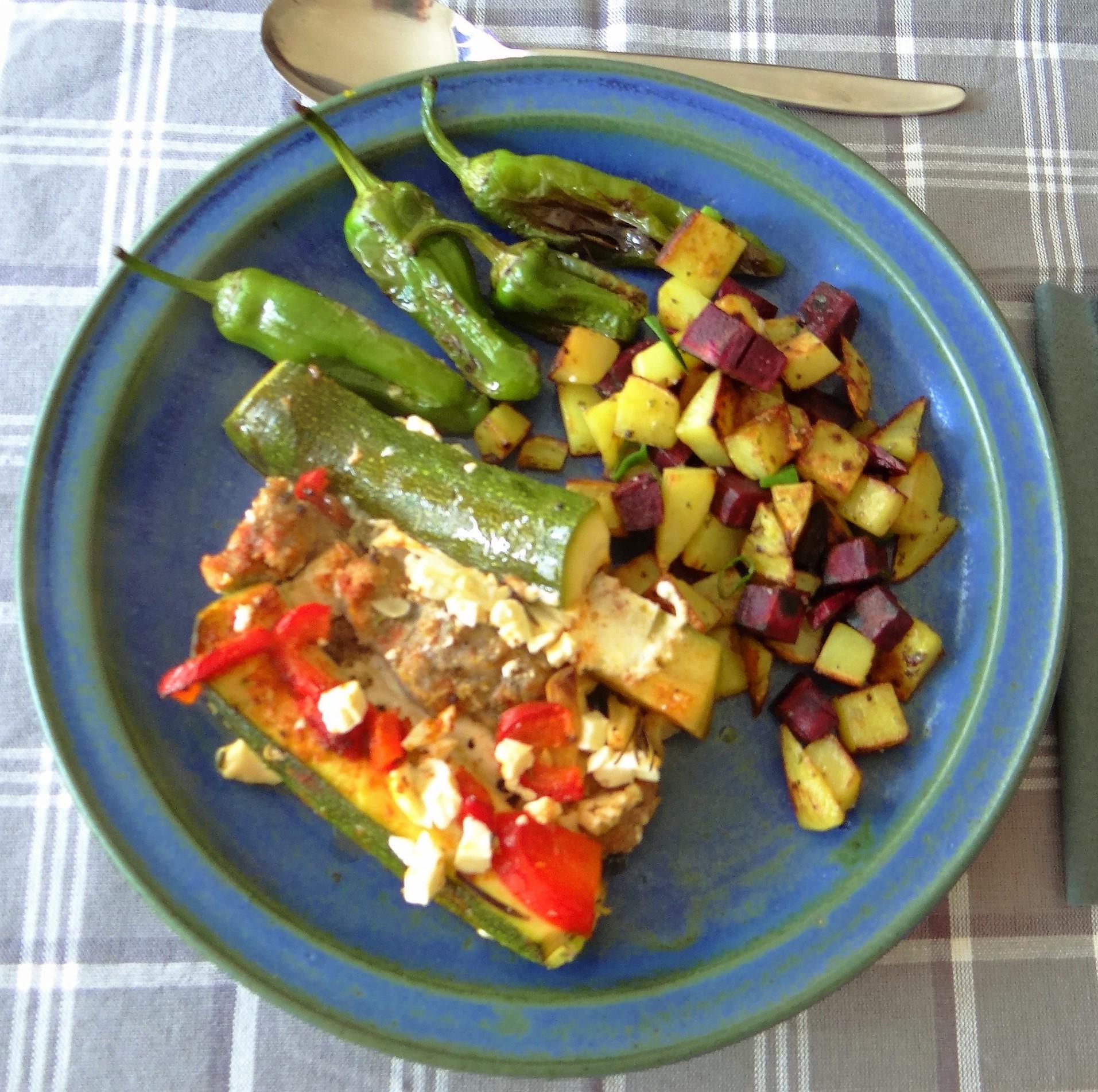 Zucchini Pfanne,Rohgebratene Kartoffeln,Pimientos,Obstsalat (1)