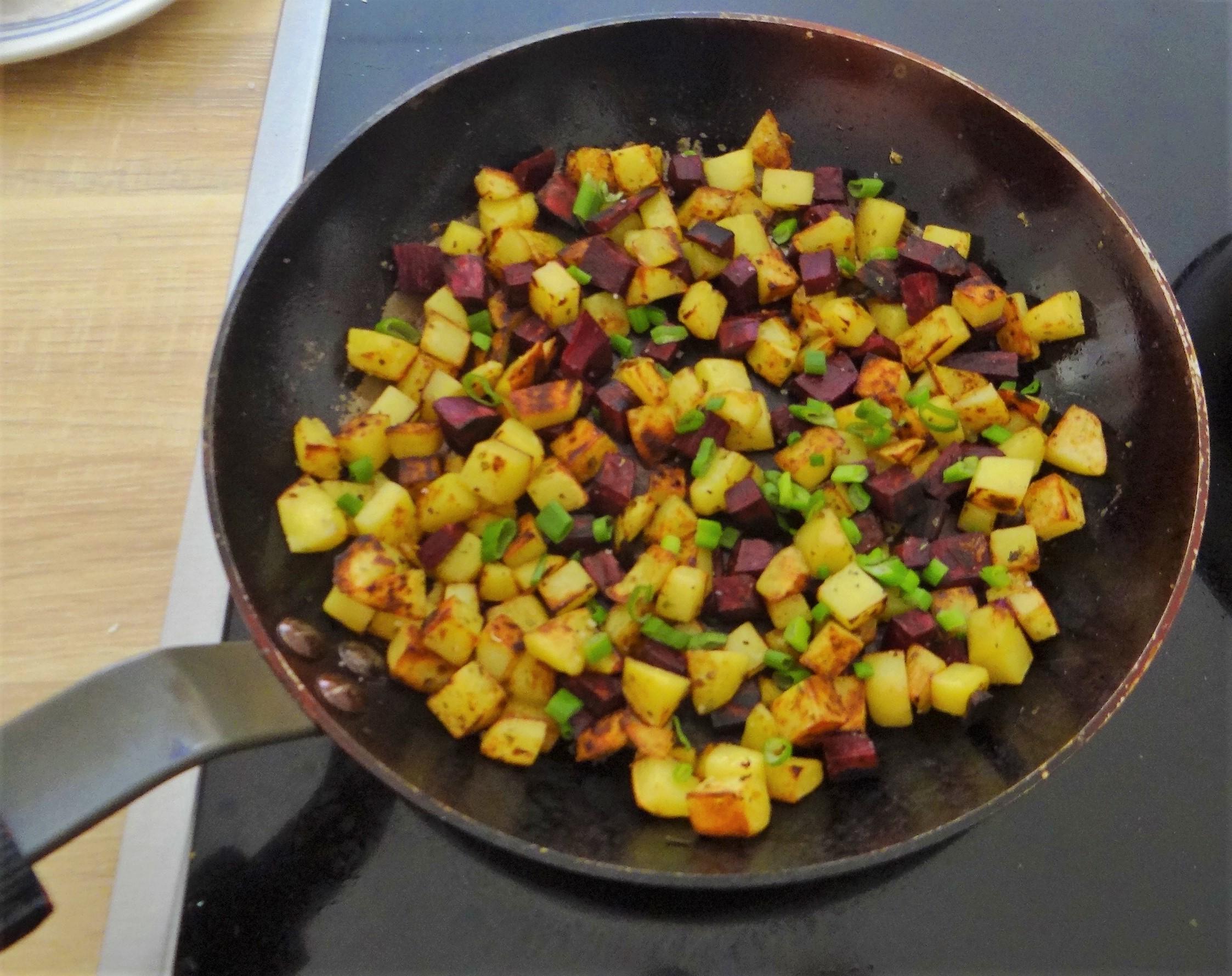 Zucchini Pfanne,Rohgebratene Kartoffeln,Pimientos,Obstsalat (15)