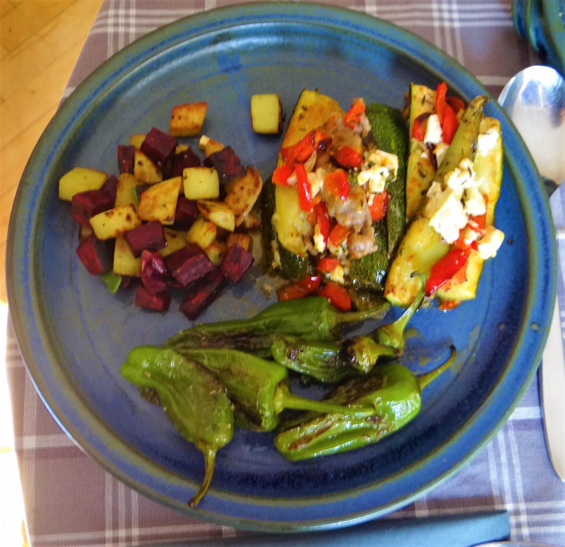 Zucchini Pfanne,Rohgebratene Kartoffeln,Pimientos,Obstsalat (2)