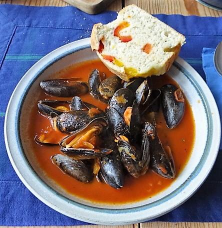 Muscheln in Tomatensauce und Paprikabrot (2)