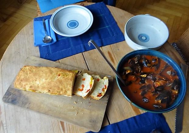 Muscheln in Tomatensauce und Paprikabrot (5)