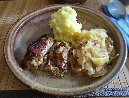 Schweinebauch Roulade mit Sauerkraut und Kartoffelstampf (1)