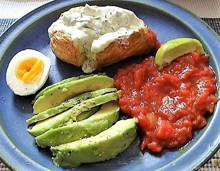 Backkartoffel-mit-Dip-TomatensalsaAvocado-und-hartgekochten-Eiern-1.jpg