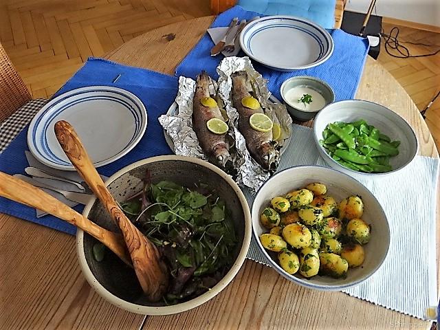 Forelle mit Petersilienkartoffel, Meerrettichdip und Salat (5)