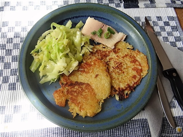 Kartoffelpuffer,geräucherteForelle,Weißkohlsalat,Nchtisch (1)
