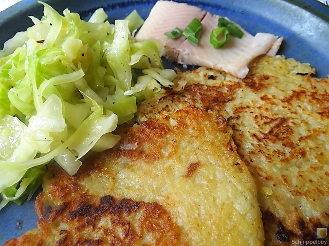 Kartoffelpuffer,geräucherteForelle,Weißkohlsalat,Nchtisch (2)