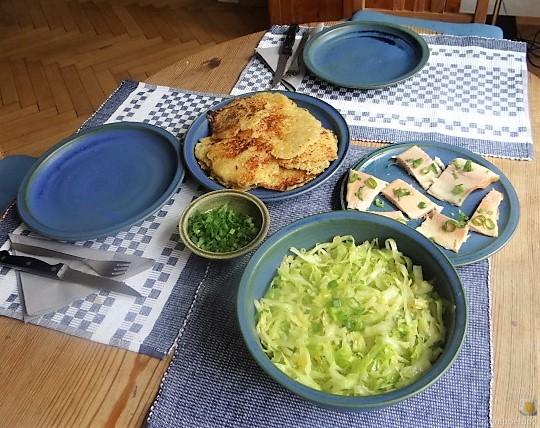 Kartoffelpuffer,geräucherteForelle,Weißkohlsalat,Nchtisch (4)