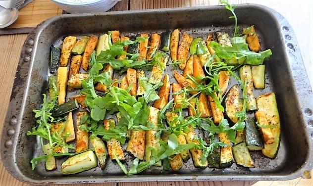 Süßkartoffel und Zucchini aus dem Ofen mit Salaten (11)