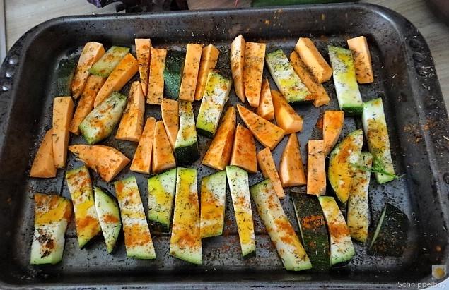 Süßkartoffel und Zucchini aus dem Ofen mit Salaten (8)