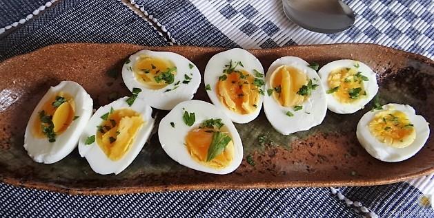 Zucchini und Spinatsauce, gebratene Zucchinischeiben, Erbsenschoten, Eier (18)