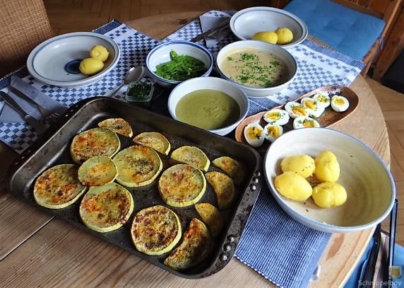 Zucchini und Spinatsauce, gebratene Zucchinischeiben, Erbsenschoten, Eier (19)