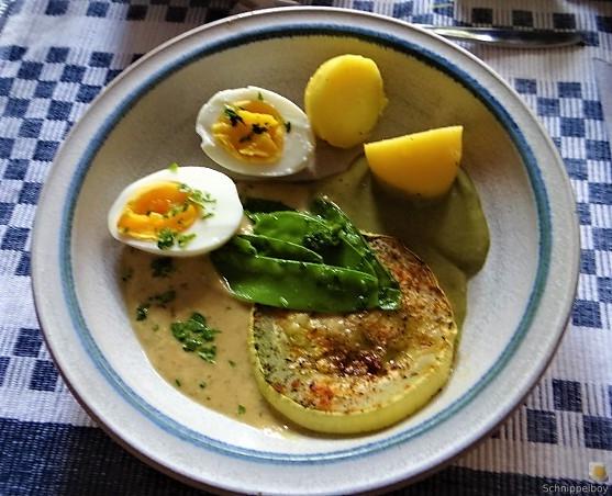 Zucchini und Spinatsauce, gebratene Zucchinischeiben, Erbsenschoten, Eier (2)