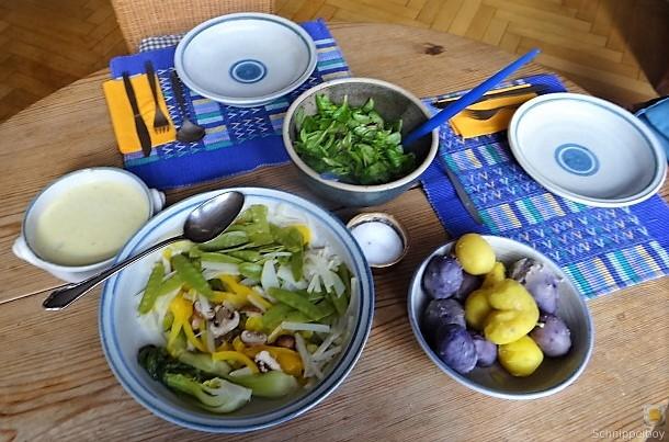 Gedämpftes Gemüse,Käsesauce, Blaue Kartoffeln (5)