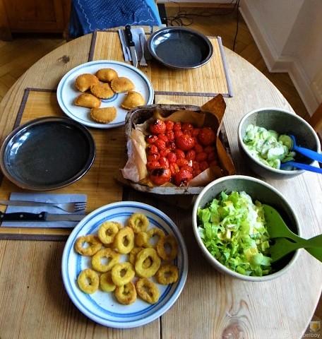Teigtaschen,Tintenfischringe und Salat (17)