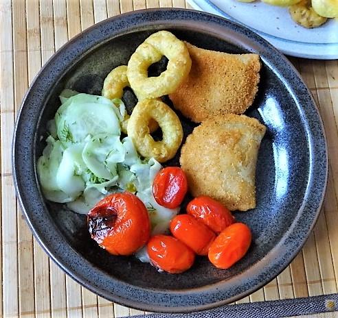 Teigtaschen,Tintenfischringe und Salat (19)