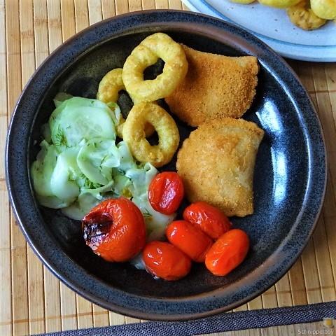 Teigtaschen,Tintenfischringe und Salat (2)