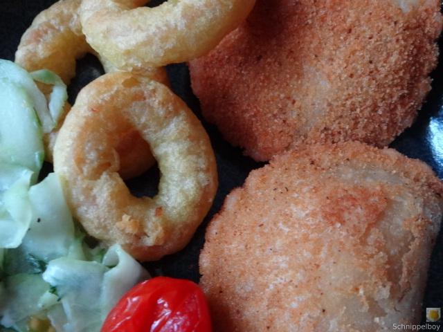 Teigtaschen,Tintenfischringe und Salat (3)
