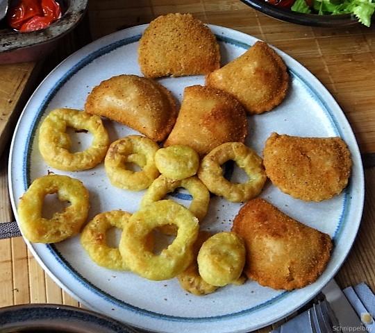 Teigtaschen,Tintenfischringe und Salat (4)