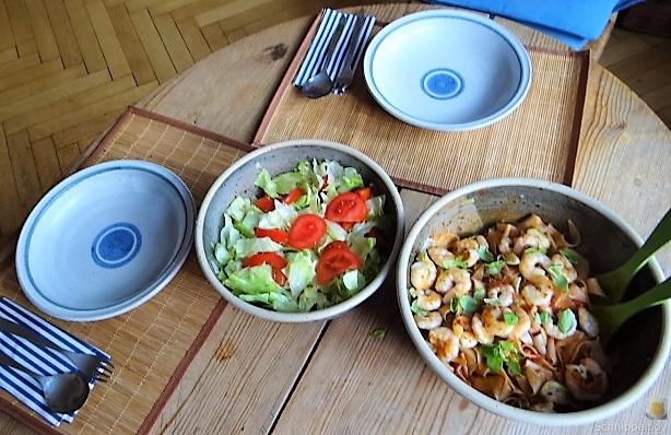Buchweizennudeln in Tomatensauce,Garnelen und Salat (12)