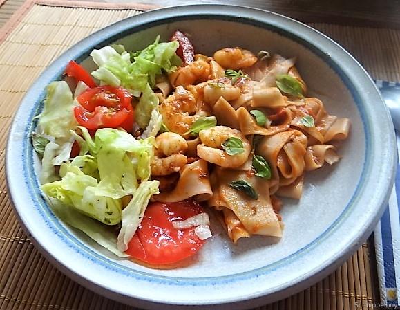 Buchweizennudeln in Tomatensauce,Garnelen und Salat (14)