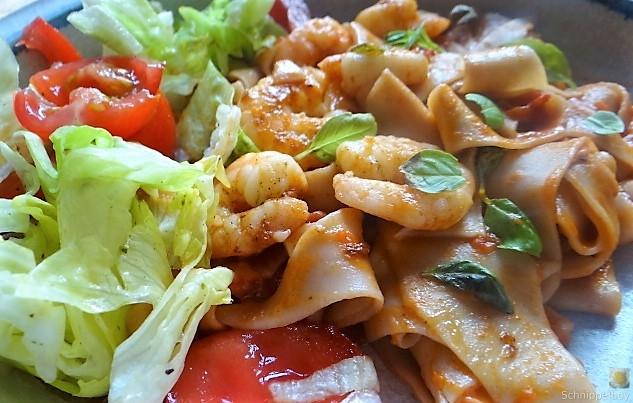 Buchweizennudeln in Tomatensauce,Garnelen und Salat (3)
