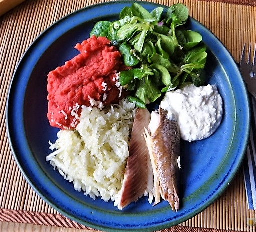 Kartoffel-Rote Bete Brei,Forelle,Makrele,Meerrettich Dip, Salate (2)