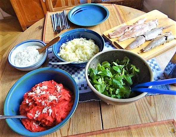 Kartoffel-Rote Bete Brei,Forelle,Makrele,Meerrettich Dip, Salate (5)