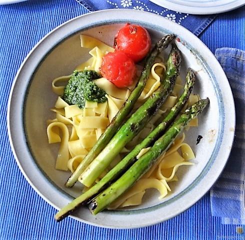 Bandnudeln,grüner Spargel, Tomaten und Bärlauchpesto (2)