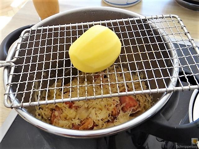 Sauerkraut ,Schälrippchen, Kartoffelpüree (12)