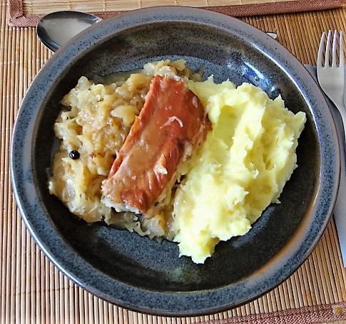 Sauerkraut ,Schälrippchen, Kartoffelpüree (3)