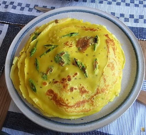 Eierpfannkuchen mit Knospen vom Bärlauch und Löwenzahn (1)