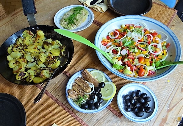 Bratkartoffeln, Bunter Salat und Sardinen (5)