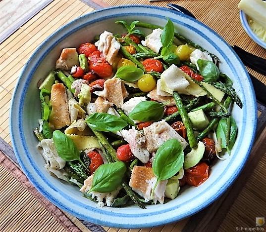 Grüner Spargel, Forelle, Tomaten auf Buchweizenpasta (1)